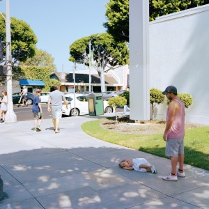 Jeff Wall, Parent child, 2018, inkjet print, 86 5/8 × 108 1/4 inches (220 × 275 cm) © Jeff Wall