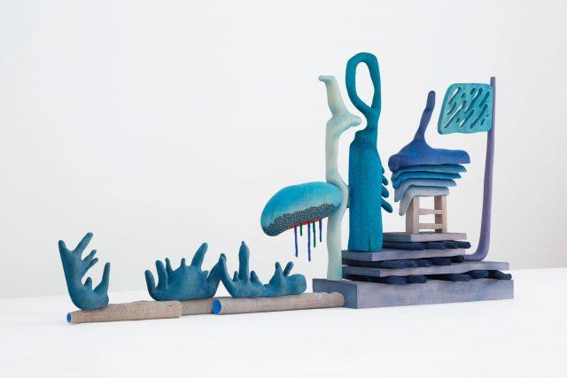 Matthew Ronay | 马修·罗奈,Sending and Taking | 赠与取, 2020,Basswood, dye, gouache, flocking, plastic, steel | 椴木,染料,水粉,植绒,塑料,钢,90.8 × 185.4 × 39.4 cm | 35 3/4 × 73 × 15 1/2 inch, Courtesy of the artist and Perrotin | 图片提供:艺术家与贝浩登